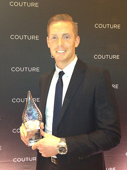 "Ton Cobelens con el Premio ""People's Choice"" en la entrega anual de los Couture Time Awards"